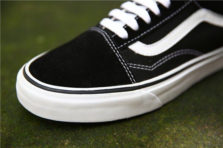 Phần mũi giày được làm bằng da lộn