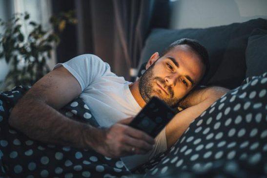 sử dụng điện thoại nhiều, nhất là trước khi đi ngủ ảnh hưởng không nhỏ đến sức khỏe của chúng ta
