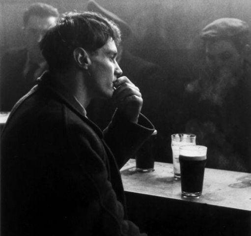 đàn ông ngồi uống bia một mình