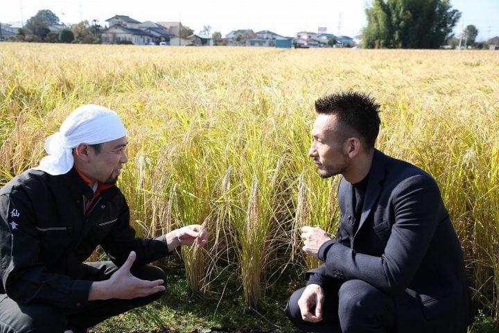 Nakata trò chuyện với một nông dân trên chuyến đi.