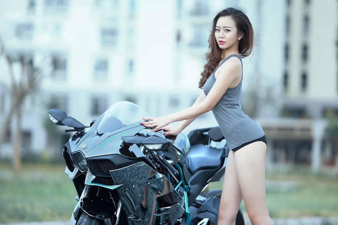 mô tô và người đẹp