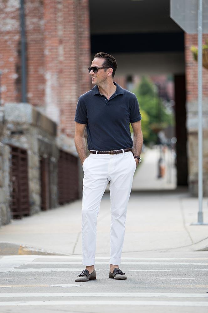 mix trang phục với áo polo và quần trắng