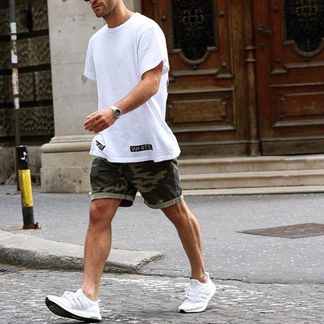 Áo phông nam trắng mặc với quần short 3