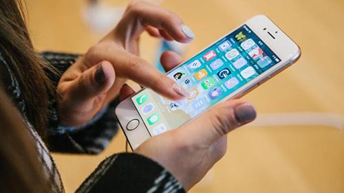 Apple nhờ đến cộng đồng để phát hiện lỗi bảo mật. Ảnh: CNN.