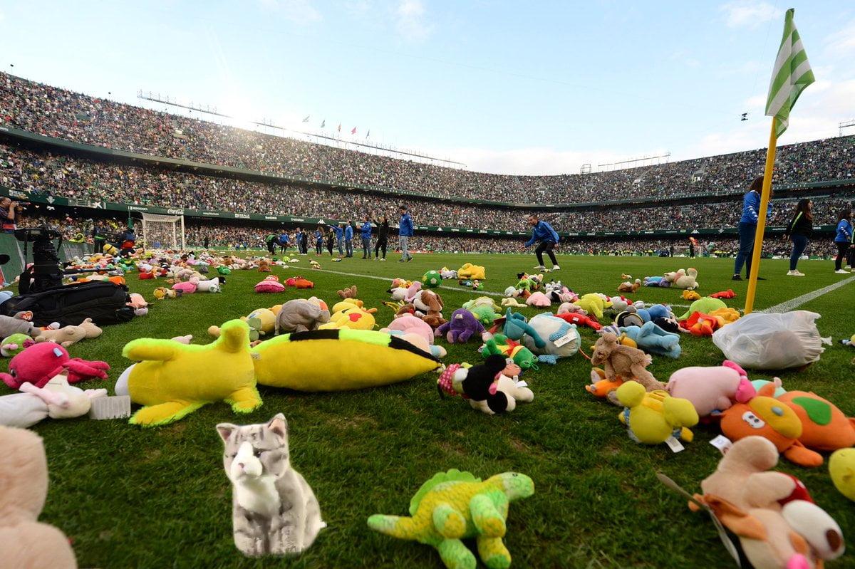 Real Betis khán giả ném thú nhồi bông