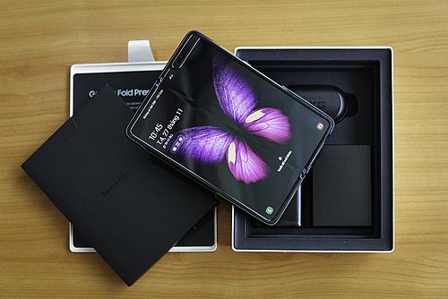 Galaxy Fold có giá 50 triệu đồng tại Việt Nam. Ảnh: Lưu Quý