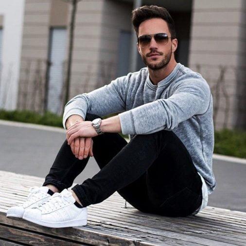 Phối giày sneaker, áo tay dài và quần jeans nam