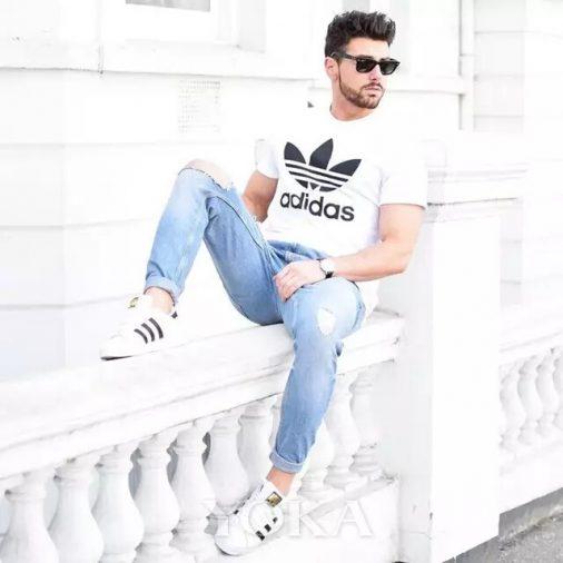 Phối giày sneaker, áo thun và quần jeans nam