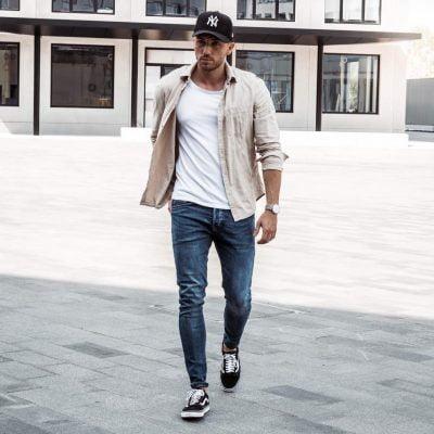 Phối quần jeans, giày sneaker, áo sơ mi nam