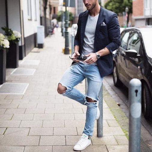Phối suit, quần jeans và giày sneaker nam