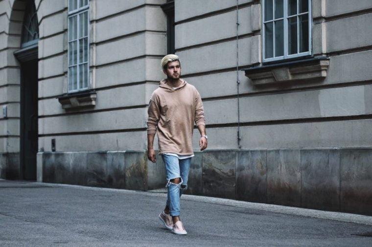 4 cách phối quần jeans với giày sneaker nam đẹp nhất