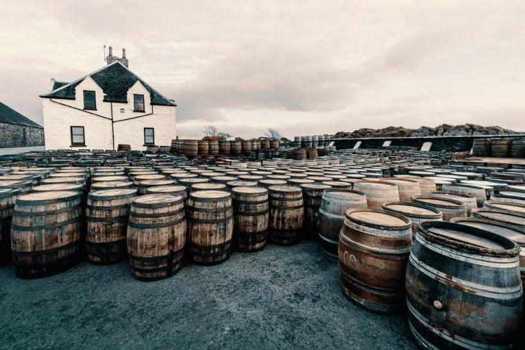 Các thùng rỗng chờ đổ rượu vào ủ tại Ardbeg, chủ yếu là ex-Bourbon.