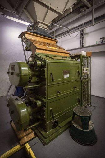 Máy xay malt của công ty Robert Boby Ltd tại Ardbeg, lắp đặt từ 1921 và vẫn hoạt động tốt cho đến nay với sự bảo dưỡng của Ronnie Lee.