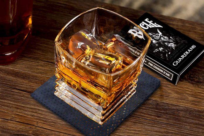 co nen uong ruou whisky voi da