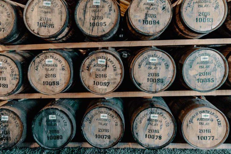 Hiện tại (2019) chỉ có 5 kho, 2 kho loại thường và 3 kho có 2 hoặc 3 tầng giá đỡ, chứa tổng cộng 25.000 thùng. Ardbeg đang trong quá trình mở rộng khả năng lưu kho để đảm bảo tất cả rượu của họ đều được trưởng thành trong Islay.
