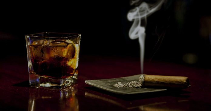 whisky-Godfather-Cocktail-with-cigar