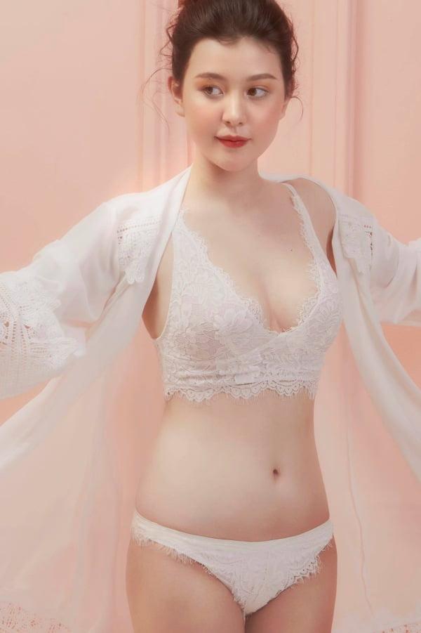 Hot girl Wilson Nhật Anh (Sunna) để ngực trần khoe thân trên giường ngủ