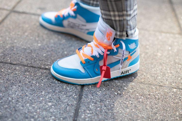 Giày thể thao màu xanh navy